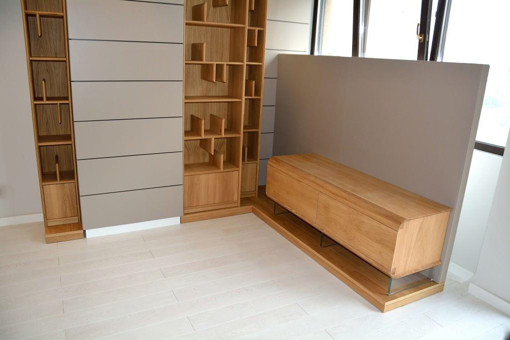 Living modern cu pereti placati din Mdf Vopsit Gri cu mobilier din Lemn masiv stejar natur 1024x682 3