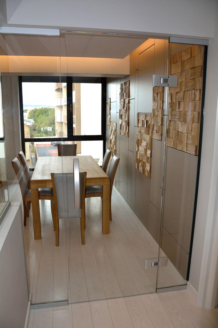 Living modern pe comanda Yulmob cu pereti placati din Mdf Vopsit Mat Gri cu placi din lemn masiv stejar natur si biblioteca cu comoda din lemn masiv si scaune tapitate in piele naturala gri 900x1350 1