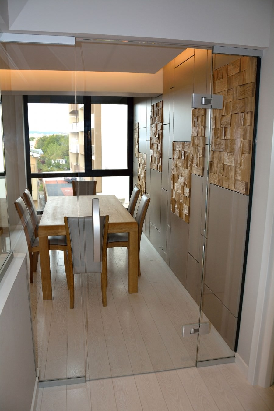 Living modern pe comanda Yulmob cu pereti placati din Mdf Vopsit Mat Gri cu placi din lemn masiv stejar natur si biblioteca cu comoda din lemn masiv si scaune tapitate in piele naturala gri 900x1350 3
