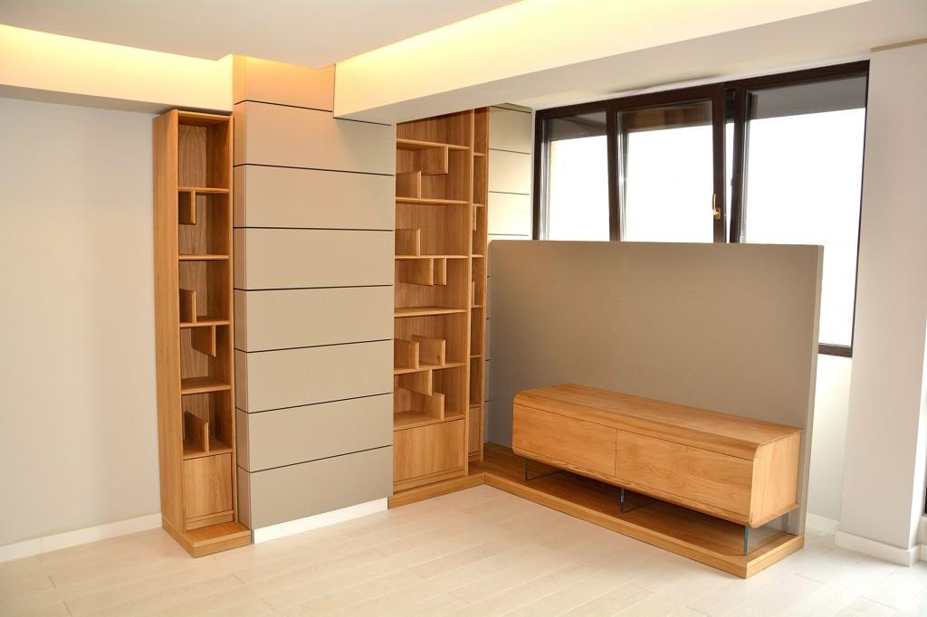 Living modern realizat din placari din Mdf Vopsit Mat Gri cu comoda din lemn masiv stejar natural cu biblioteca din lemn masiv stejar 1024x682 1
