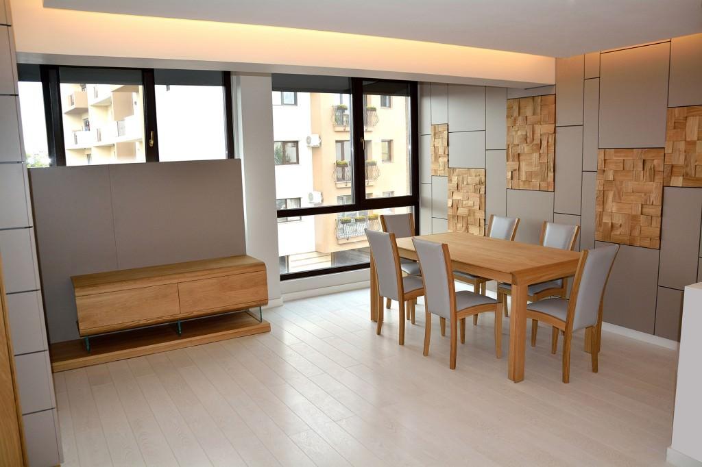 Living modern realizat la comanda accesorizat cu comoda suspendata si biblioteca din lemn masiv cu masa si scaune dinlemn masiv natur stejar 1024x682 1
