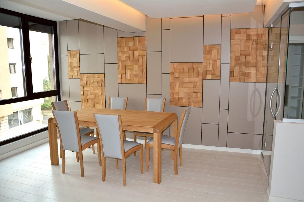 Living modern realizat pe comanda cu placare pereti din mdf vopsit mat si lemn stejar cu scaune tapitate in piele naturala gri si masa din stejar masiv1 1024x682 1