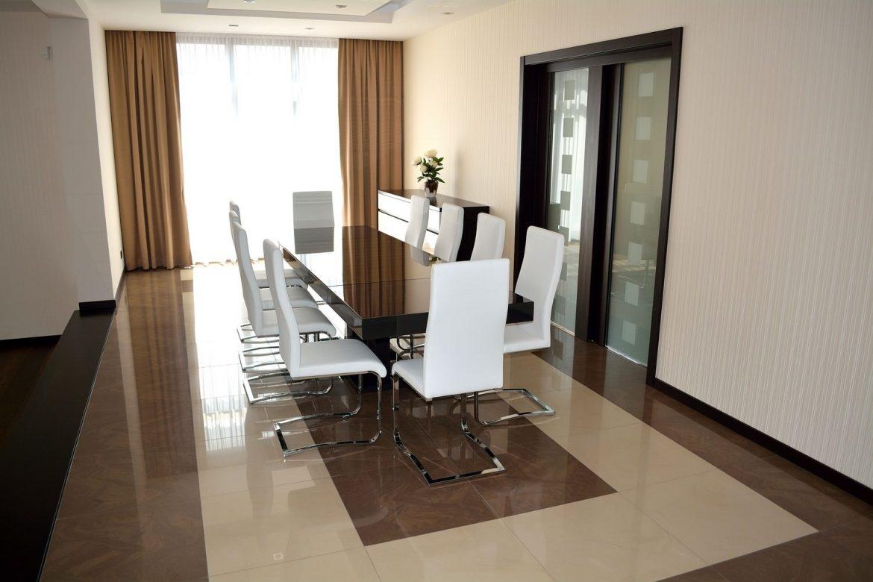 Masa Living realizata din Mdf Vopsit Lucios RAL 8019 si sticla fumurie cu 10 scaune albe tapitate in piele ecologica