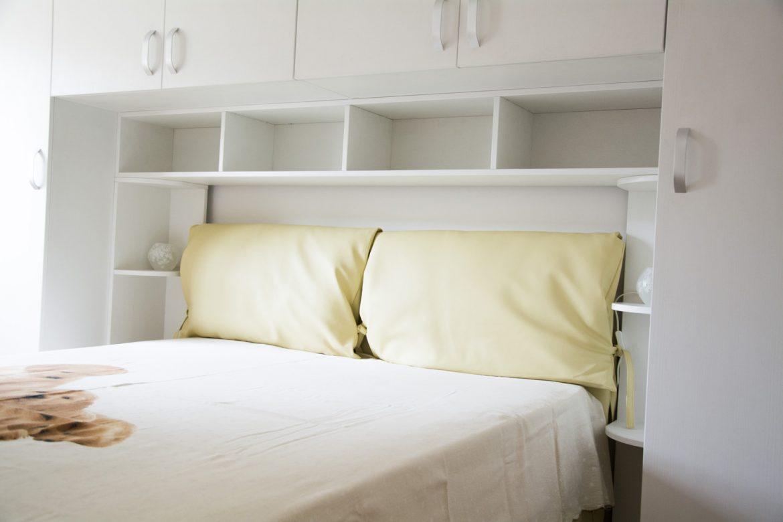 Mobila Dormitor realizat din Pal Alb cu manere aluminiu si pat tapitat in piele ecologica Beige