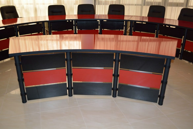 Mobila Sali Conferinte alcatuita din Birouri Modulare Birou Semiluna Fata
