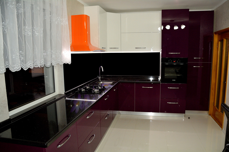 Mobila bucatarie moderna confectionata din Mdf Vopsit Lucios Violet Alb cu interior din Pal melaminat alb si manere din aluminiu lucios