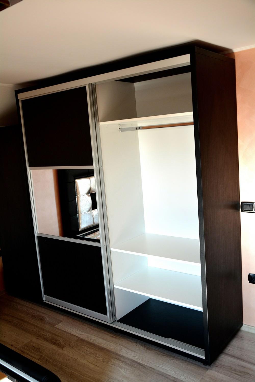 Mobila dormitor Dressing 2 usi Glisante Pal Negru Striat 0190SN cu profil aluminiu si spatiu pentru depozitare haine lungi
