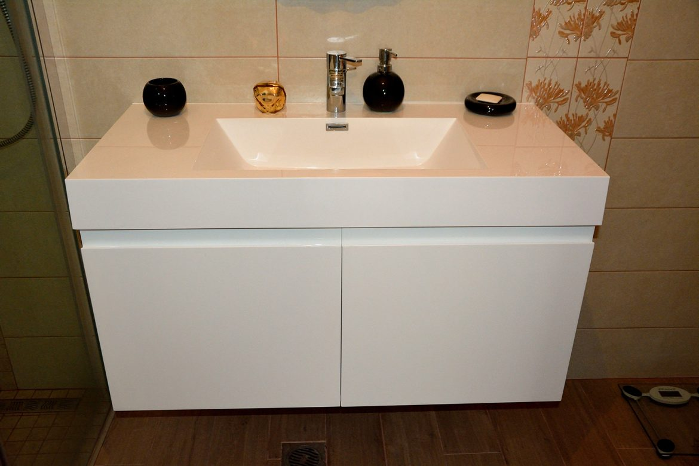Mobiler baie moderna realizat din Mdf Vopsit Lucios cu scobitura maner