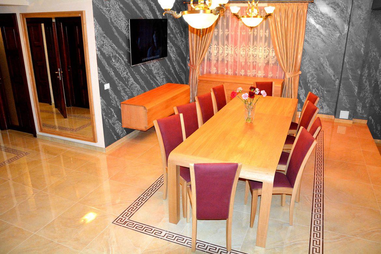 Mobilier Living accesorizat cu Masa Extensibila si 10 scaune tapitate in stofa moale Violet