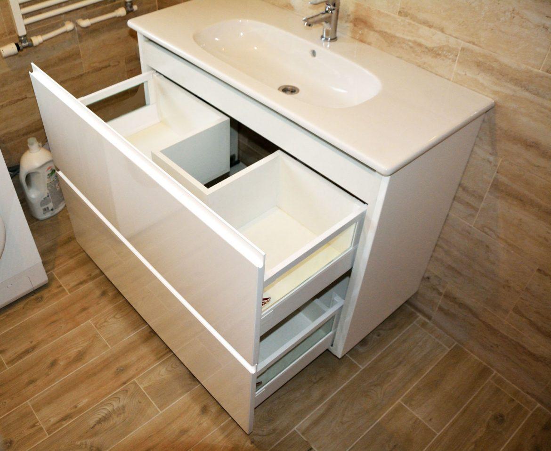 Mobilier baie MDF vopsit cu sertare silentioase cu inchidere amortizare si inaltatoare cu sticla