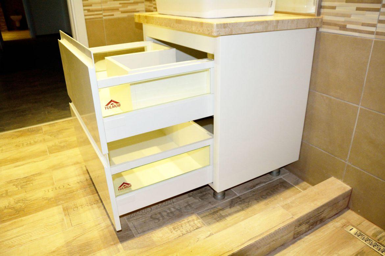 Mobilier baie Yulmob cu sertare cu amortizare Blumotion cu frezare manere si inaltatoare sticla
