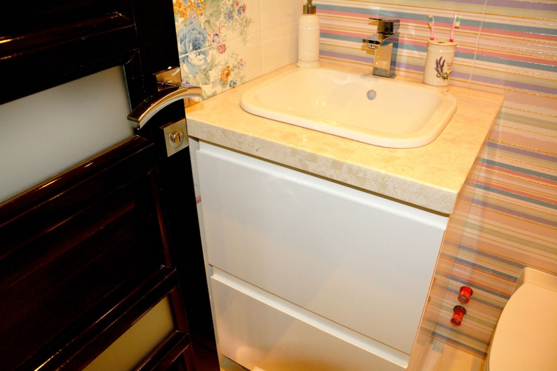 Mobilier baie copii cu usi din MDF vopsit alb lucios RAL 9003 sertare silentioase Antaro Blum inaltatoare sertar si balamale silentioase Blumotion