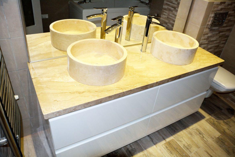 Mobilier baie cu blat granit cu usi MDF vopsit RAL 9003 cu frezare manere si sertare silentioase Blum