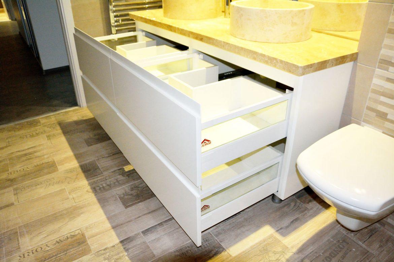 Mobilier baie la comanda din MDF vopsit alb lucios cu frezare manere blat granit sertare silentioase Blum cu inaltatoare sticla