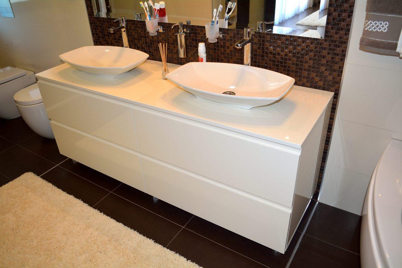 Mobilier baie modern din Mdf Vopsit lucios Crem deschis cu 4 sertare silentioase Blum si frezare maner