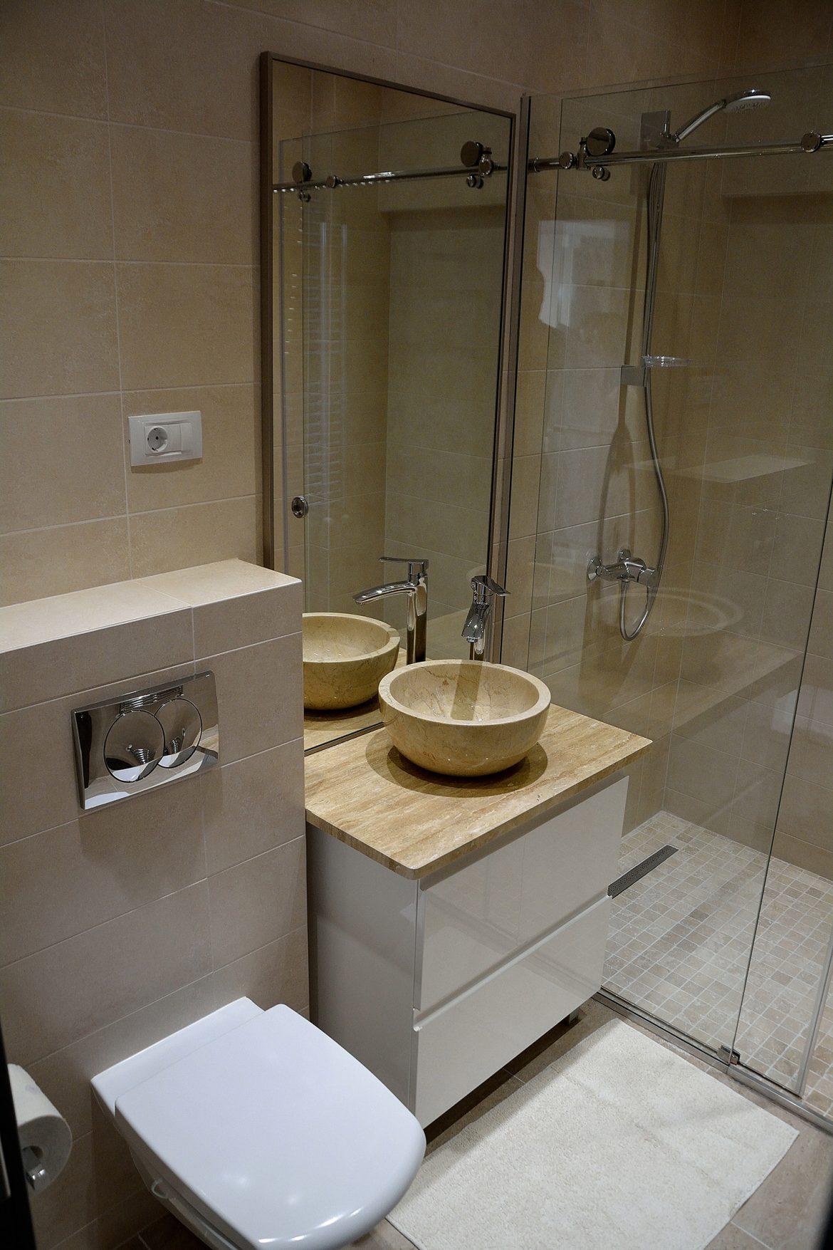 Mobilier baie realizat pe comanda in intregime din Mdf Vopsit Lucios Alb cu frezare maner usi