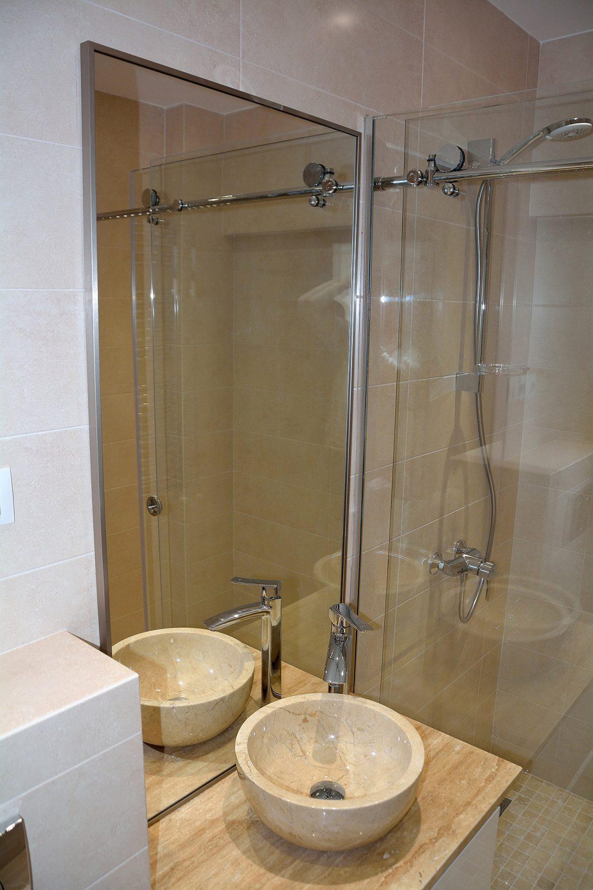 Mobilier baie realizat pe comanda in intregime din Mdf Vopsit Lucios Alb cu frezare maner usi cu inchidere cu amortizare Blum