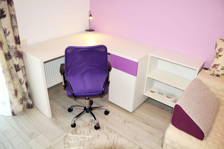 Mobilier birou camera copil la comanda realizat din pal alb fibros cu usi NCS S 2050 R50B Lila Mat si MDF vopsit RAL 9003 alb mat