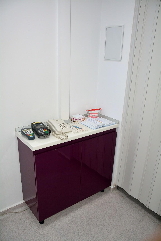 Mobilier cabinet stomatologic realizat din MDF Vopsit Lucios Ral 4007 cu sertare Blum si frezare maner