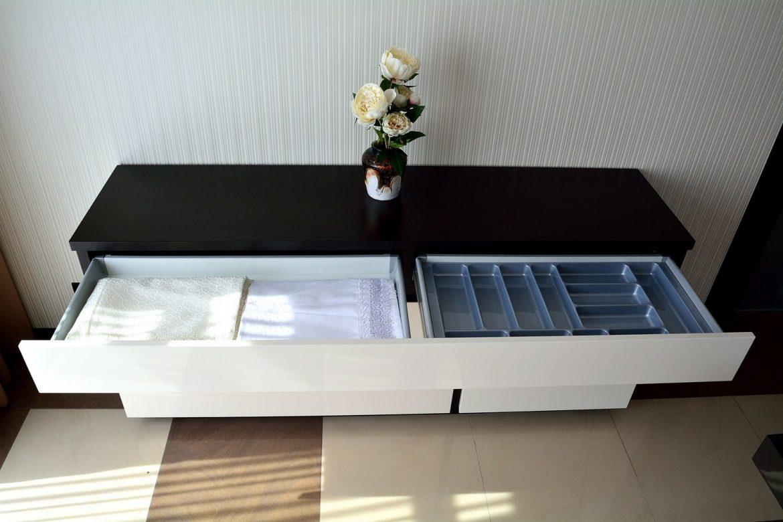 Mobilier comoda moderna cu compartimentare sertare pentru diverse