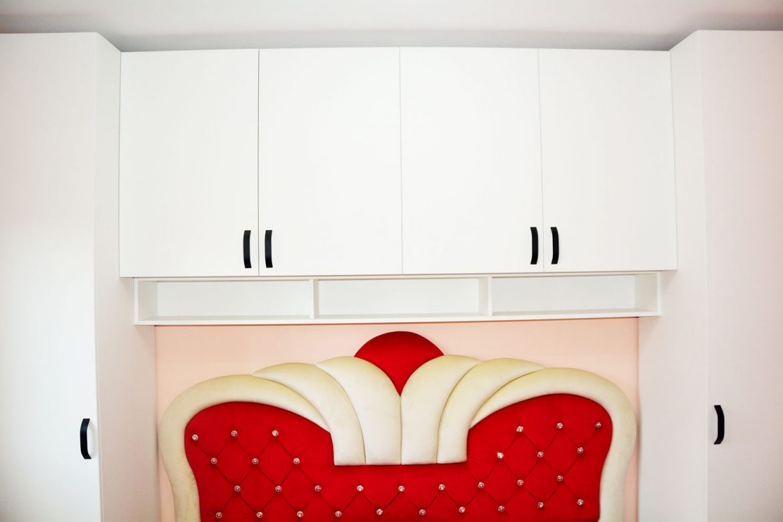 Mobilier dormitor la comanda din pal alb fibra cu manere negre vopsite balamale silentioase Blumotion si pat tapitat Queen