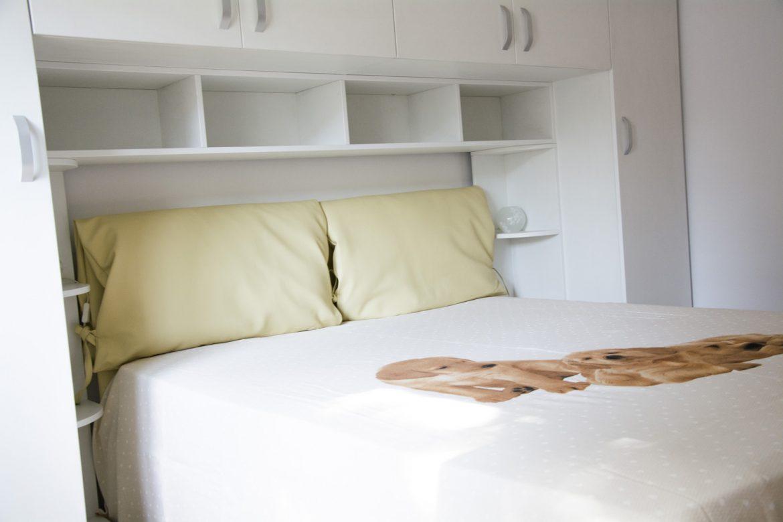 Mobilier dormitor la comanda realizat din Pal Alb Fibros cu dulapuri suspendate si pat tapitat in piele ecologica 1 1