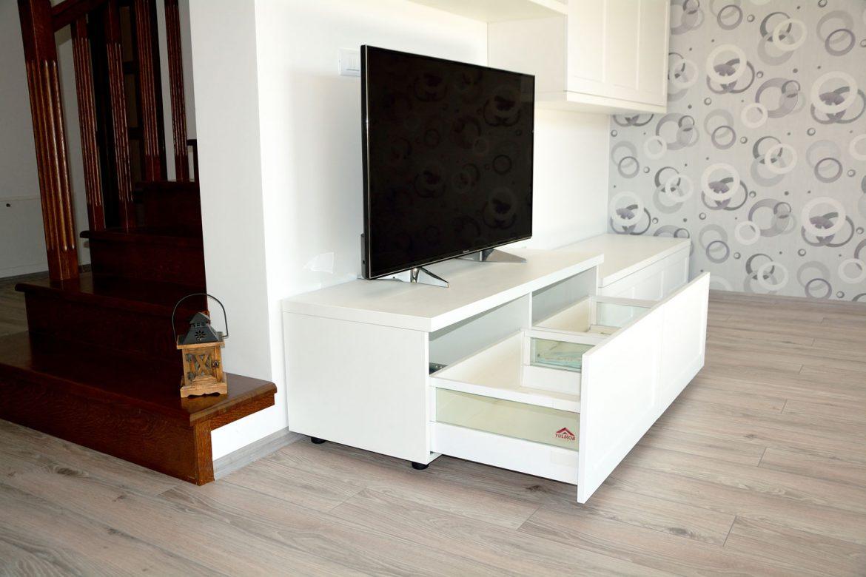 Mobilier living cu sertare silentioase deschidere cu amortizare Blum inaltatoare sertar cu sticla usi MDF vopsit alb mat RAL 9003