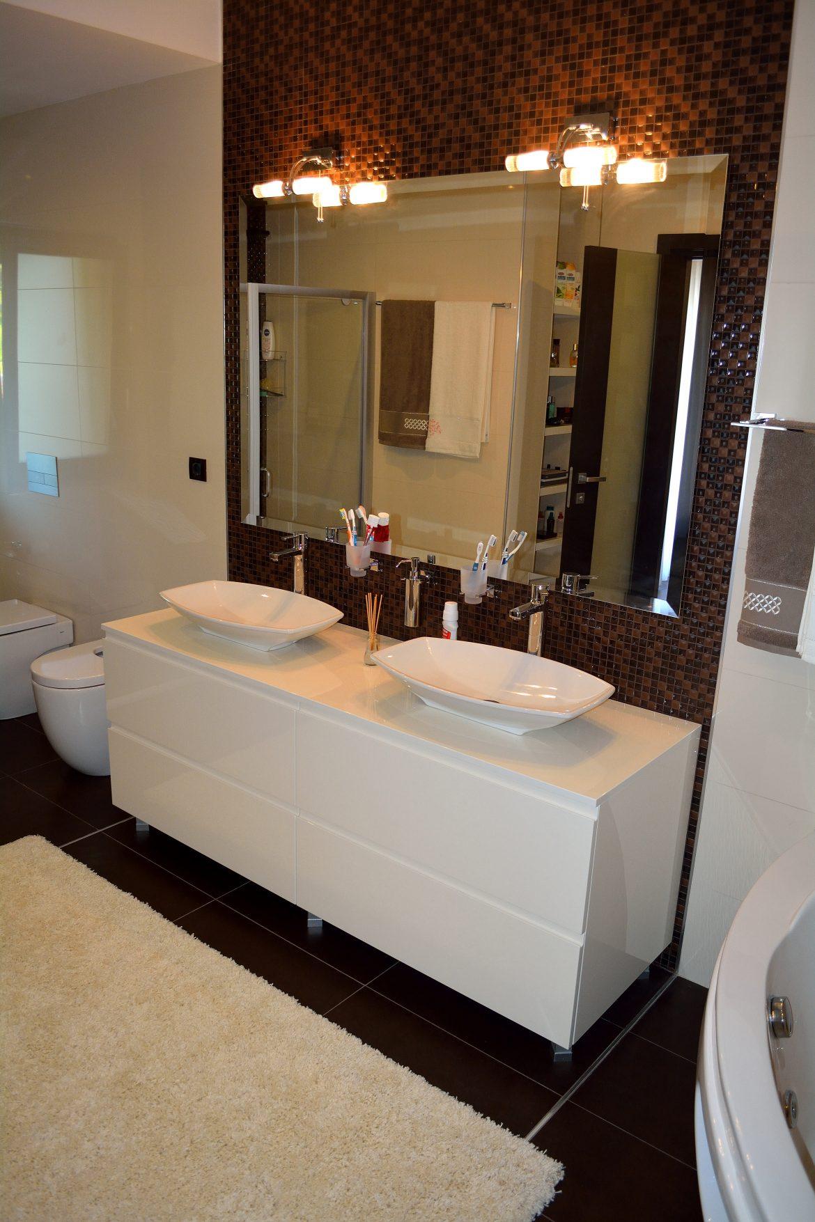 Mobilier modern baie din Mdf Vopsit lucios Crem deschis cu 4 sertare silentioase Blum si frezare maner