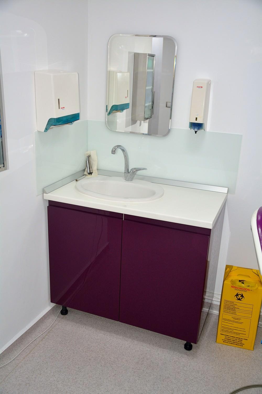 Mobilier modern cabinet stomatologic cu usi din Mdf Vopsit Lucios Ral 4007 cu chiuveta incastrata in blat alb lucios