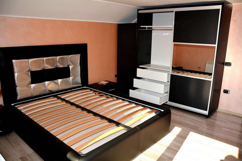 Mobilier modern dormitor cu dressing din pal dublat Negru Striat 0190SN cu pat tapitat din 3 tipuri de piele si 2 noptiere
