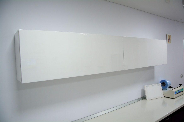 Mobilier suspendat cabinet stomatalogic realizat din Mdf Alb Lucios cu sertare interioare pentru depozitat
