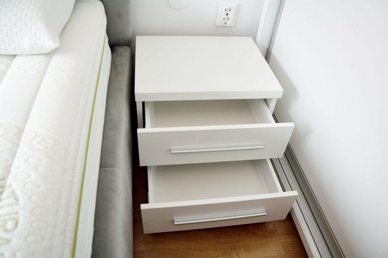 Noptiera la comanda pentru dormitor matrimonial realizata din pal alb fibros cu sertare silentioase cu amortizare Antaro Blum