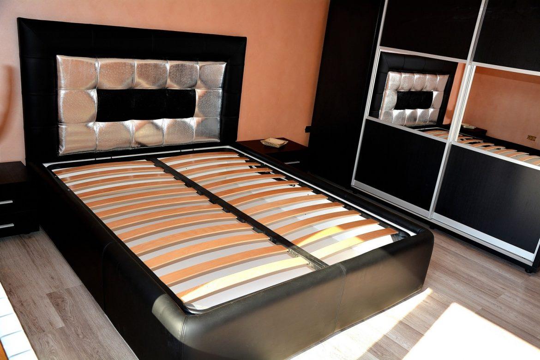 Pat dormitor cu cadru din pal tapitat in piele originala de vaca cu tetiera tapitata in piele imitatie strut si pisica de mare