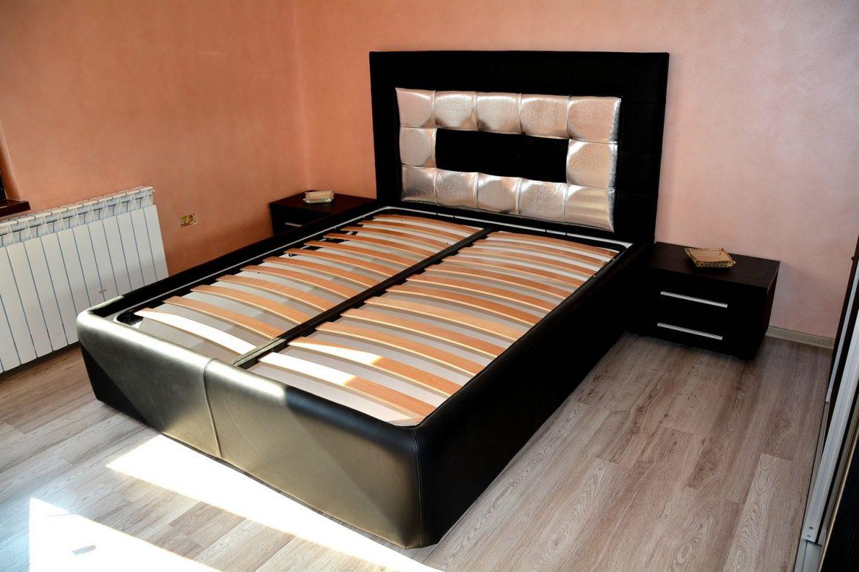 Pat dormitor tapitat in 3 tipuri de piele cu 2 noptiere realizate din pal dublat 0190SN Negru Striat cu manere din aluminiu
