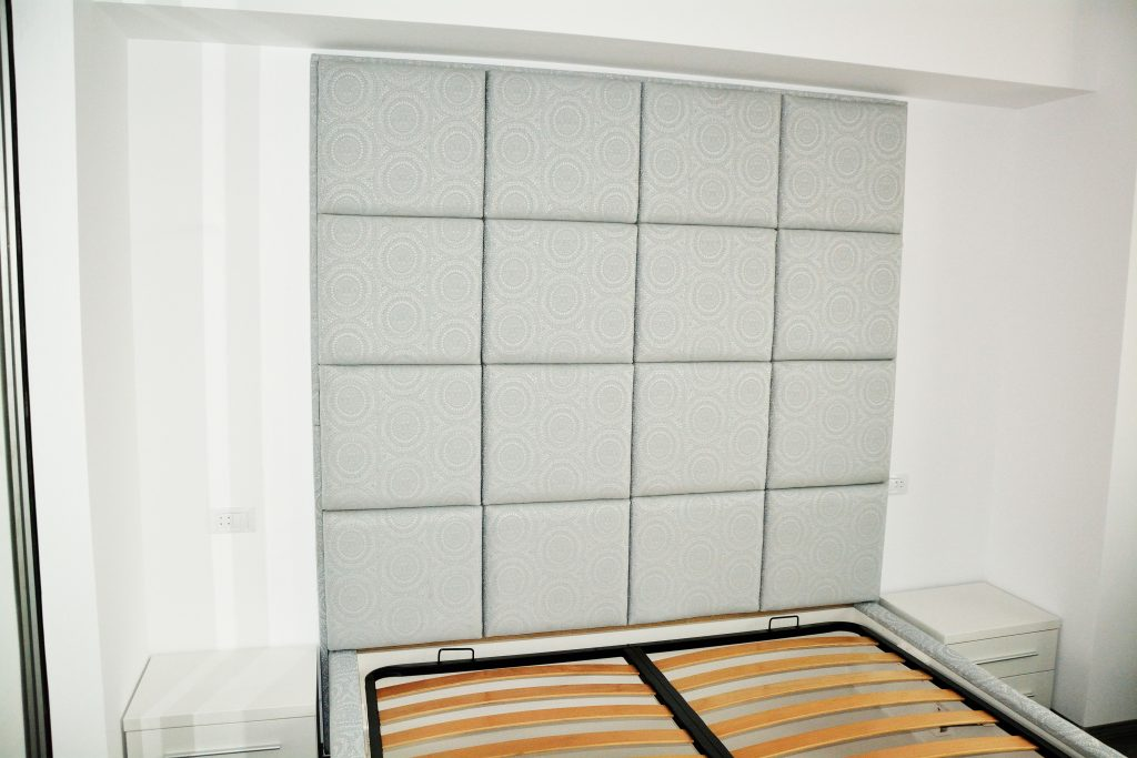 Pat tapitat cadru din pal hidrofugat tapitat stofa gri Lilli cu placare perete somiera rabatabila cu pistoane pe gaz 1024x683 1