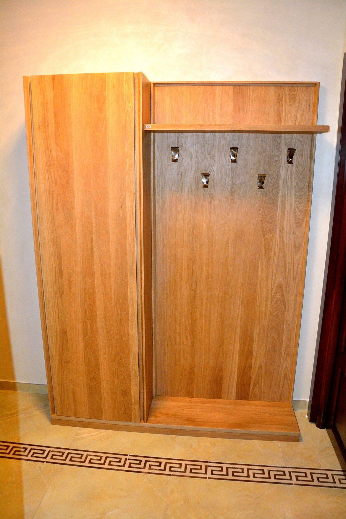Piesa de mobilier realizata din lemn masiv stejar natur cuier si pantofar