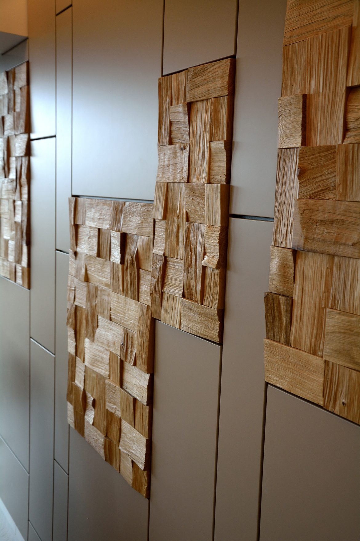 Placare perete complet din Mdf Vopsit Mat Gri in combinatie cu placi decorative din Stejar Masiv natur