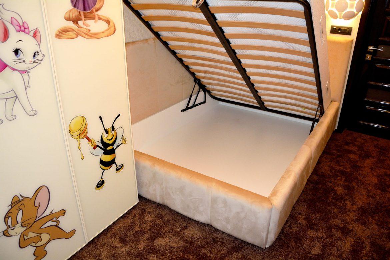 Somiera rabatabila cu lada incapatoare pentru depozitare pat tapitat la comanda Yulmob Cannes 1400x2000 din stofa crem