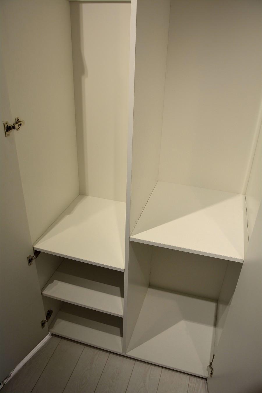 Spatiu interior dressing realizat din pal alb cu usi din mdf Vopsit Mat Gri 900x1350 1