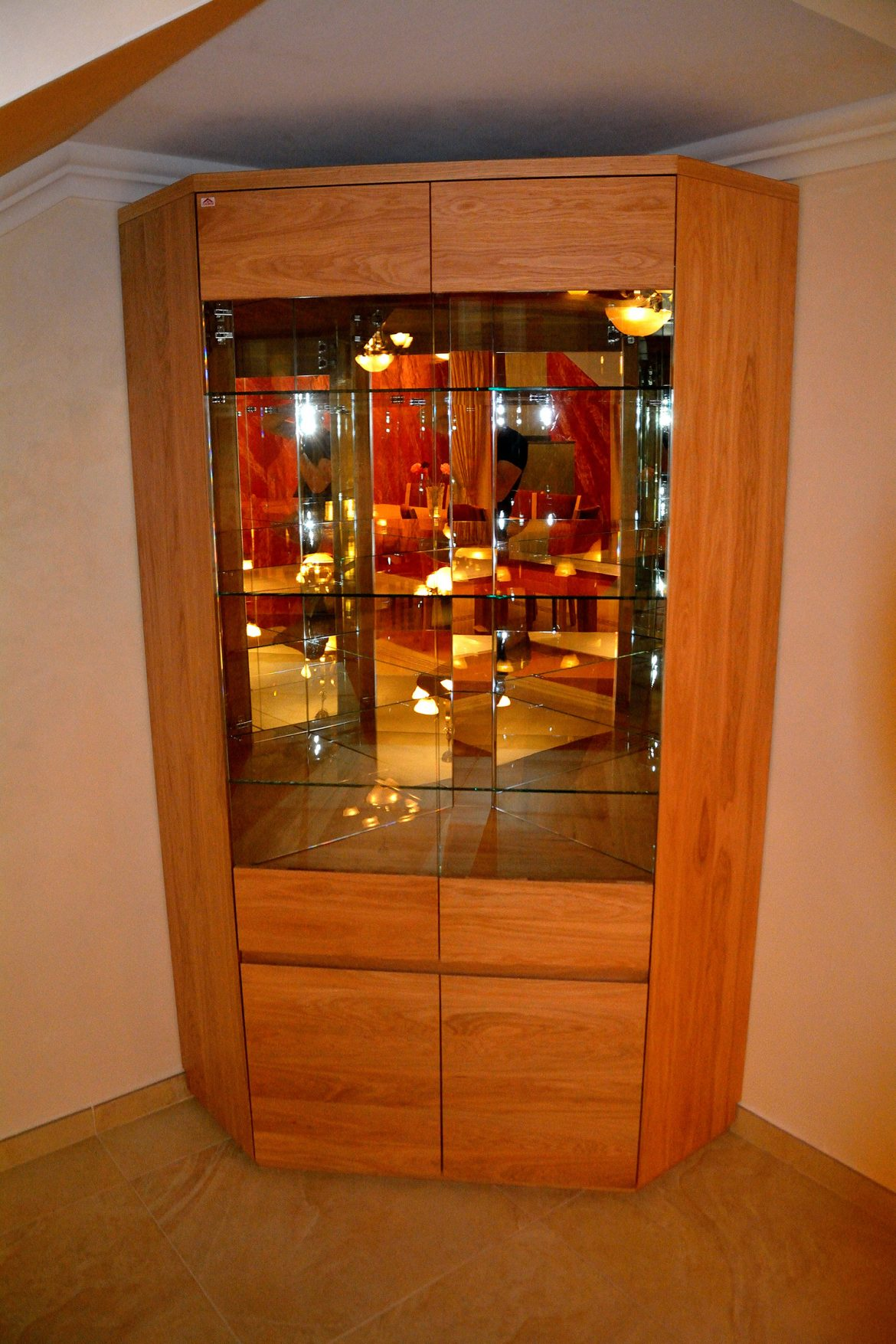 Vitrina Yulmob realizata pe comanda din lemn masiv stejar natur cu polite interioare din sticla si banda led