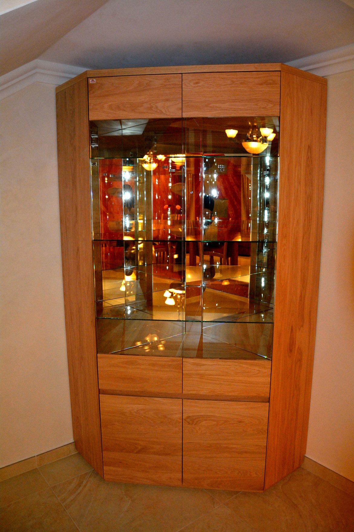 Vitrina realizata complet din lemn masiv stejar natur cu polite interioare din sticla tip oglinda accesorizata cu banda Led