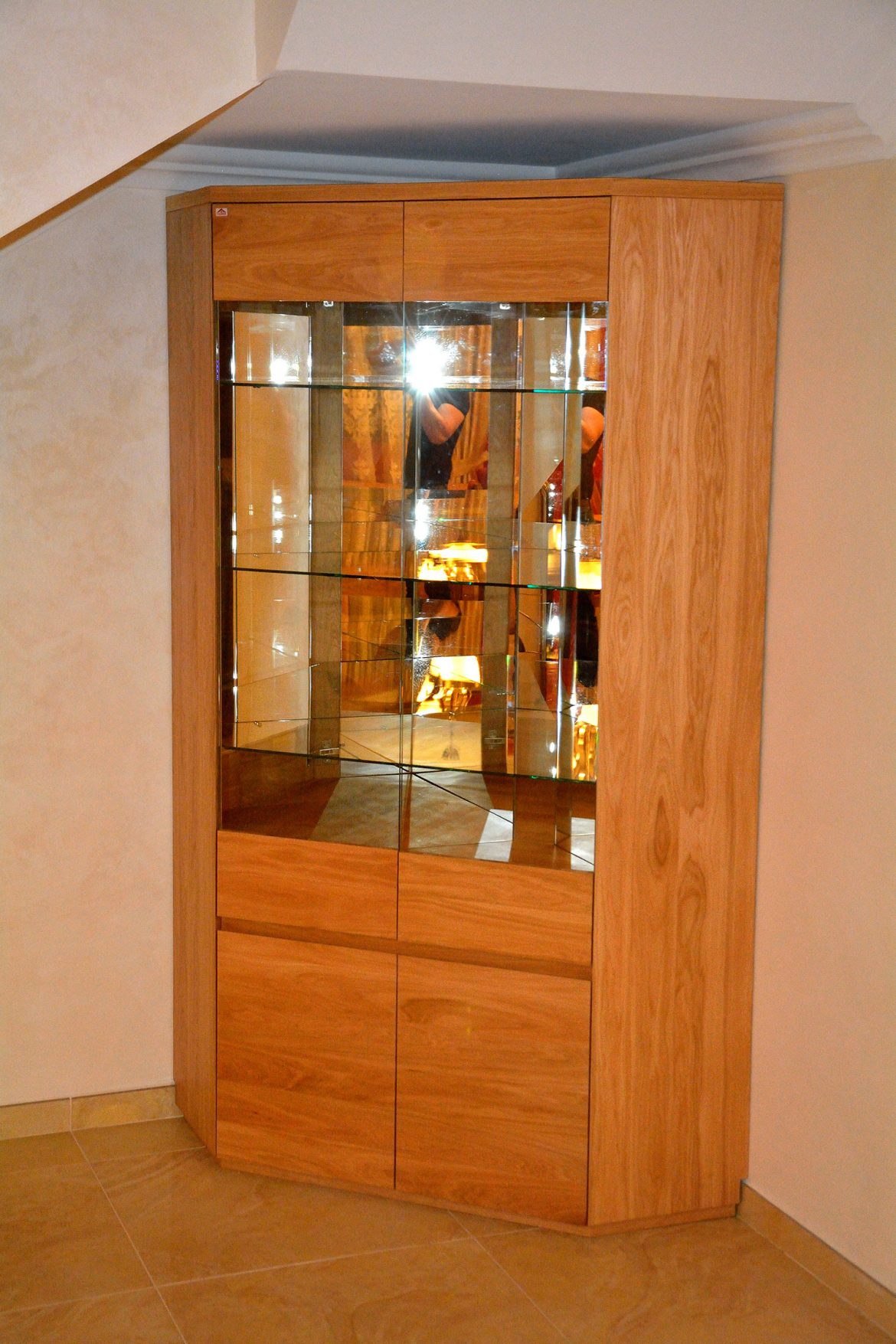 Vitrina realizata pe comanda din lemn masiv stejar natur cu polite interioare din sticla si banda led