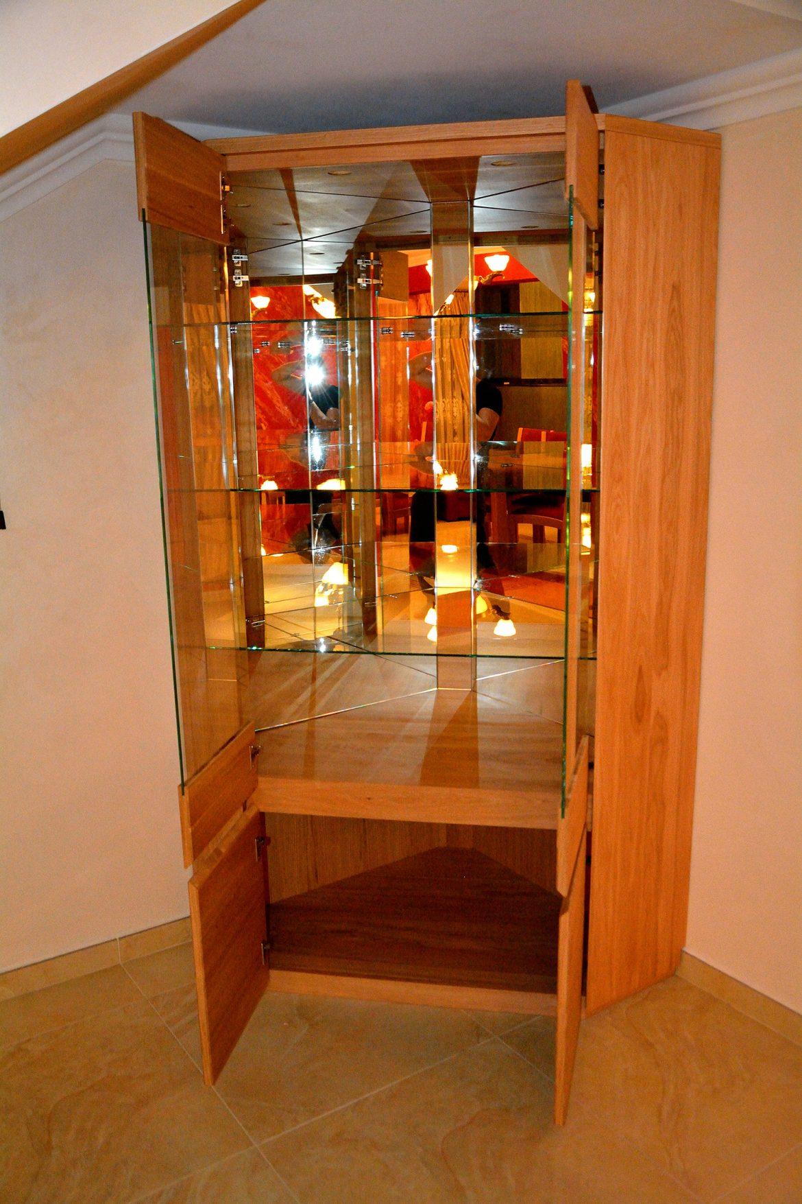 Vitrina realizata pe comanda din lemn masiv stejar natur cu polite interioare din sticla si banda led cu oglinzi interioare pentru a creea spatialitate