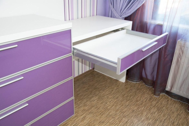 mobilier-camera-tineret-realizat-din-pal-alb-dublat-cu-fronturi-din-sticla-roz-si-rama-din-aluminiu