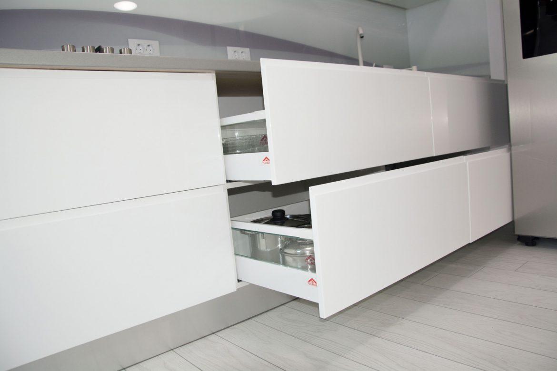 bucatarie moderna la comanda cu sertare silentioase antaro blum cu front din mdf vopsit alb mat ral 9003 cu frezare maner