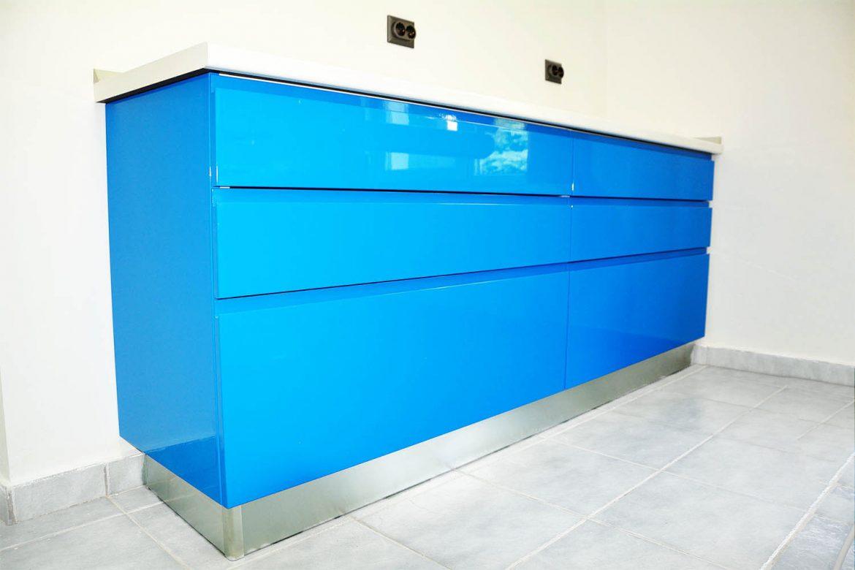 cabinet stomatologic la comanda Yulmob realizat cu usi din MDF vopsit blue ocean lucios frezare maner RAL 5002 cu sertare silentioase antaro Blum blat alb lucios de 40 mm termorezistent