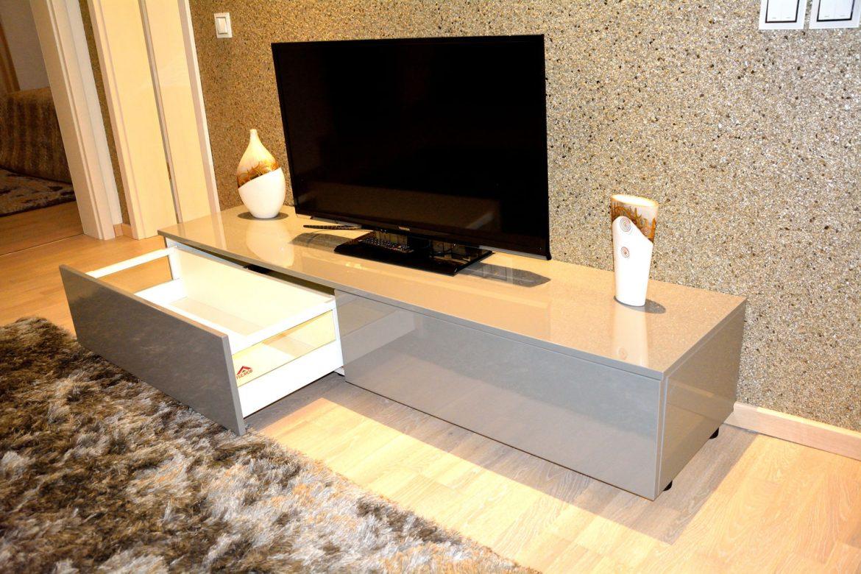 comoda TV pentru living cu usi din MDF vopsit lucios laterale sertar cu sticla si sertare silentioase Blum