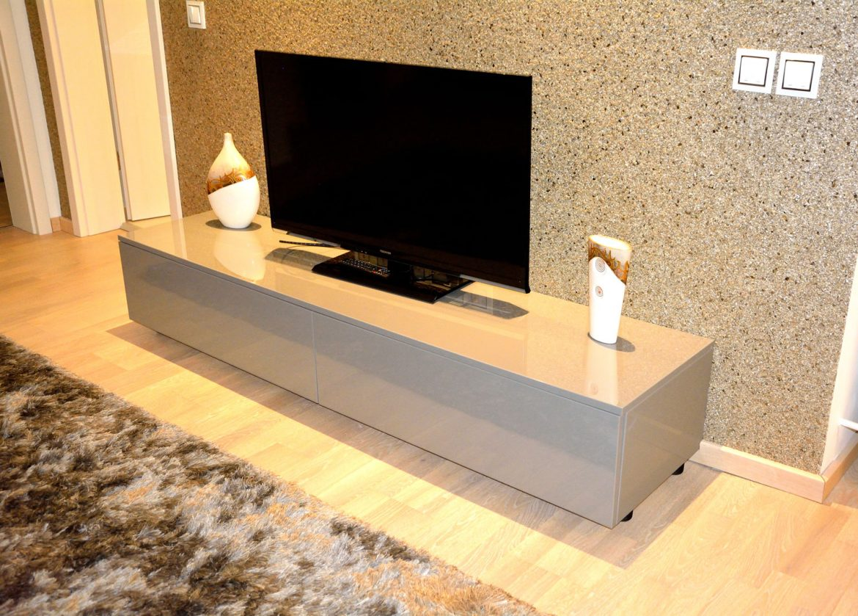 comoda TV pentru living realizata la comanda cu usi din MDF vopsit lucios si sertare silentioase cu amortizare Blum