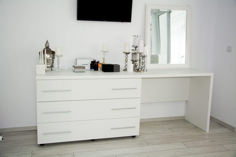 comoda din pal alb fibros cu sertare blum cu birou dublat din pal de 36 mm