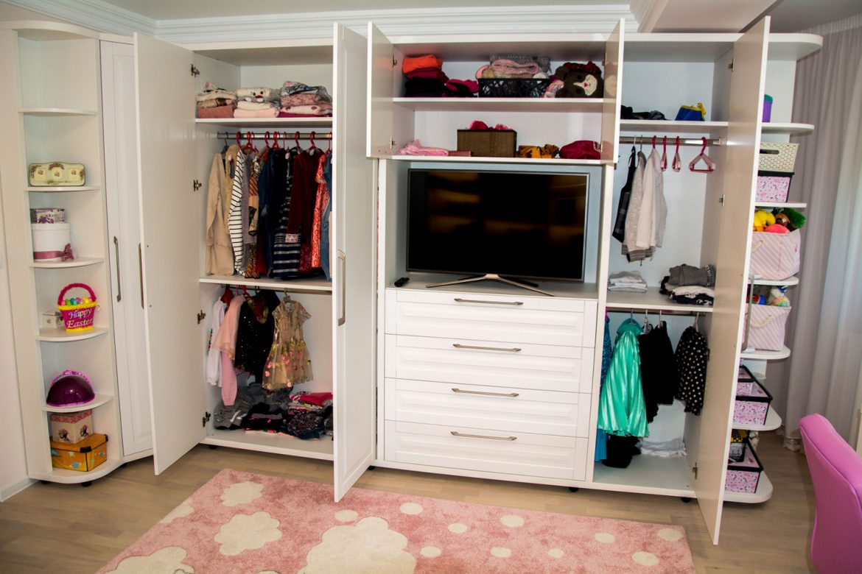 detali interior din pal alb fibros cu sertare blum si bara pentru haine